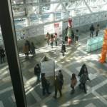 (1) AERのエレベータから見下ろした 会場の様子。写真には収まりませんでしたが 左手前には視覚イリュージョンの展示スペースも。