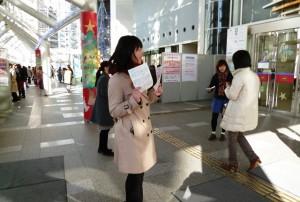 (4) チラシを配りながら,展示発表へ案内。左奥にずらりと並ぶポスター展示に多くの来場者が足を止めてくださいました。