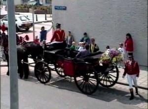 写真1 馬車を仕立てて花嫁を迎えに行こうとする花婿.
