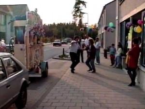 写真2 ストリートオルガンに合わせて踊るご近所さん.
