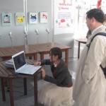 (3) 学長先生が!スクリーンに投影された動く視覚刺激がどう見えるか体験していただいています。